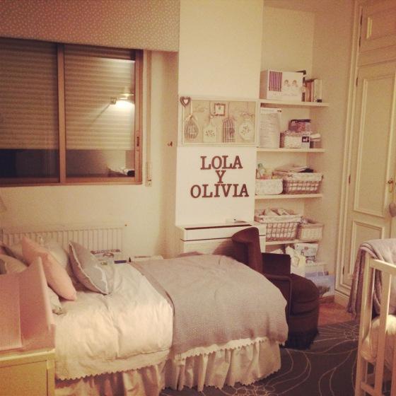 En la habitación de las niñas de momento solo tenemos UNA cuna porque duermen juntas