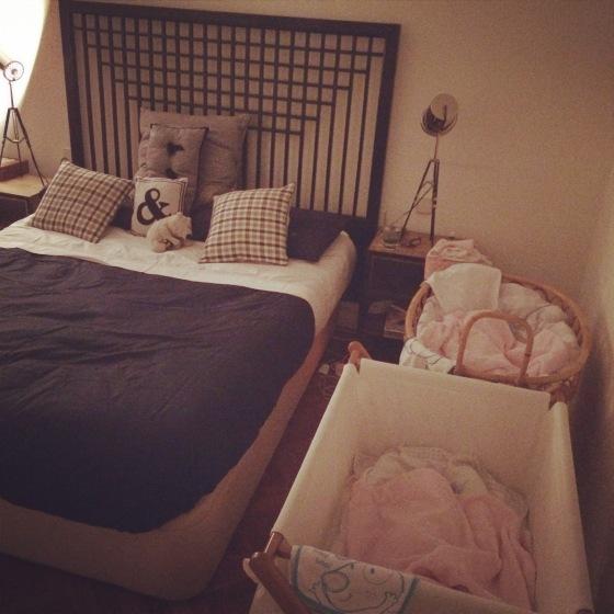 Los fines de semana metemos las mini cunas en nuestro cuarto para las tomas de por la noche